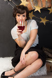 有一杯的妇女酒 库存照片