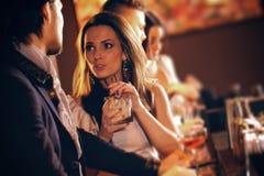 交谈的少妇与酒吧的一个人 免版税库存照片