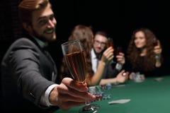 有一杯的打牌者酒 免版税库存照片