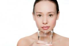 有一杯的新和可爱的妇女水 库存图片