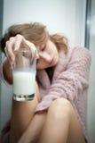 有一杯的新美丽的妇女新鲜的牛奶。 免版税库存图片