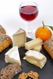 有一杯的法国乳酪盛肉盘红葡萄酒 免版税图库摄影