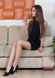 有一杯的端庄的妇女酒 免版税库存照片