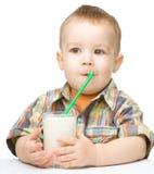 有一杯的逗人喜爱的小男孩牛奶 免版税库存照片