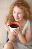 有一杯茶的中年妇女 免版税库存图片