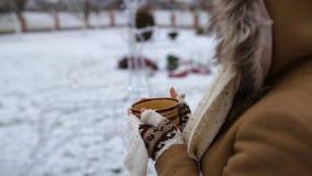 有一杯茶的女孩户外在冬天 股票视频
