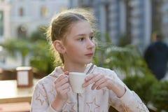 有一杯茶的女孩 免版税图库摄影
