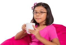 有一杯茶的女孩IV 库存图片