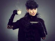 有一杯茶的妇女或咖啡 免版税库存图片