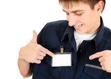 有一枚空白的徽章的人 免版税库存图片
