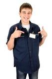 有一枚空白的徽章的少年 免版税库存图片