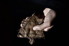 有一枚褴褛犹太徽章的人 免版税库存照片