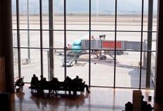 有一架望远镜梯子的飞机在停车场 从机场窗口的看法 库存照片