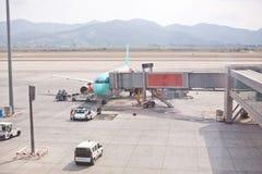 有一架望远镜梯子的飞机在停车场 装货行李 免版税库存图片