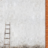 有一架木梯子的被风化的砖墙 图库摄影