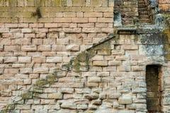 有一架梯子的一个老石墙在上面 免版税库存照片