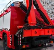 有一架梯子的红火卡车在日落 图库摄影