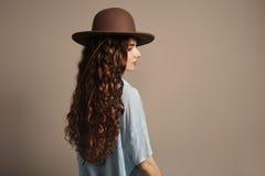 有一根卷曲长的头发的白种人妇女 免版税库存照片