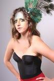 有一根孔雀羽毛的妇女在她的头发 免版税图库摄影