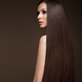 有一根完全光滑的头发的美丽的深色的女孩和经典构成 秀丽表面 免版税图库摄影