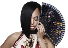 有一根时髦的头发的美丽的黑人妇女切开了看下来和拿着爱好者 库存照片