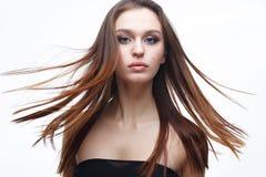 有一根柔和的古典构成和宽松头发的一个女孩 与裸体构成和直发的美好的模型 面孔秀丽和 免版税库存照片