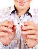 有一根残破的香烟的人 免版税库存图片