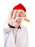 有一根残破的香烟的年轻人 免版税库存照片