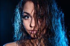 有一根湿蓝色头发的妇女 免版税库存照片
