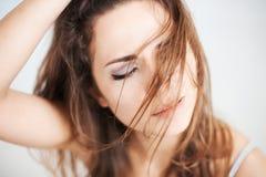 有一根狂放的头发的妇女 免版税图库摄影