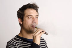 有一根电子香烟的人 库存图片