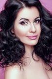 有一根精密构成和卷毛头发的美丽的深色的妇女 免版税库存图片