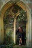 有一根红色头发的年轻goth女孩 免版税库存图片