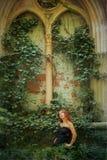 有一根红色头发的年轻goth女孩 免版税库存照片
