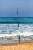 有一根钓鱼竿的蓝色海 免版税库存图片
