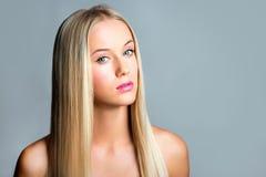 有一根长的头发的美丽的女孩 库存图片