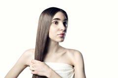 有一根长的头发的美丽的妇女,秀丽清楚的皮肤 库存照片