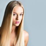 有一根长的头发的美丽的少妇 免版税库存图片