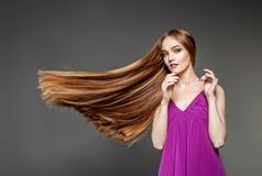 有一根非常长,健康头发的美丽的妇女 概念方式 免版税库存图片