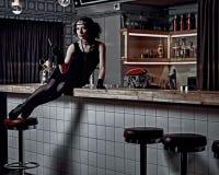 有一根香烟的女孩在酒吧柜台 库存照片