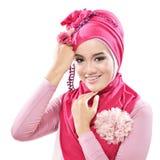 有一桃红色hijab的美丽的少妇 库存图片