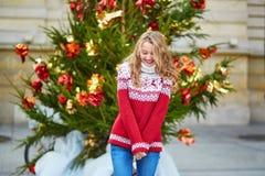 有一棵明亮地装饰的圣诞树的女孩 库存图片