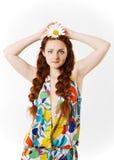 有一棵春黄菊的女孩在头 免版税库存图片