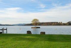 有一棵树的海岛在湖Chiemsee在秋天 免版税库存图片