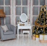 有一棵美丽的圣诞树的室与金玩具 图库摄影