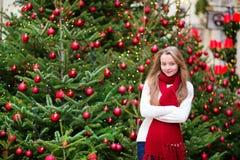 有一棵装饰的圣诞树的女孩 免版税库存图片