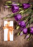 有一棵金黄弓和花南北美洲香草的礼物盒 免版税图库摄影