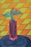 有一棵绿色发芽植物的一个红色玻璃花瓶 免版税图库摄影