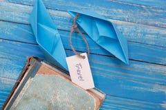 有一次标志旅行的与葡萄酒书-旅行概念纸小船 免版税库存照片