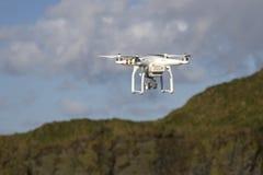 有一次照相机飞行的小无人直升机在蓝天 库存图片